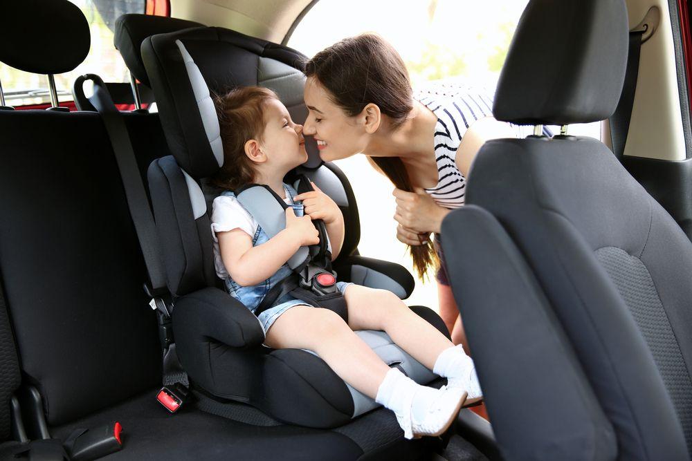 Bambini in auto: viaggiare in seggiolino